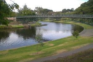 Sowohl Einwohner als auch Besucher schätzen den Parkring um das Zentrum für Adelaide wegen seinen Grünflächen.