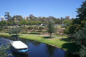 Adelaide ist von einem Grünstreifen umgeben und bietet am River Torrens viele Möglichleiten zum Entspannen.