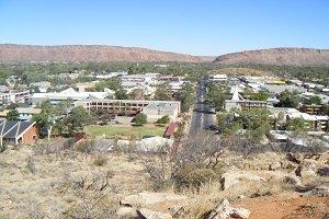 Alice Springs liegt mitten im Herzen Australiens und wird bei vielen Outback-Touren passiert.