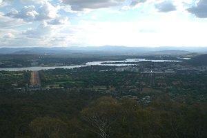 Canberra ist wegen seiner vielen Grünflächen und dem schönen Lake Burley Griffin auch als Gartenstadt bekannt.