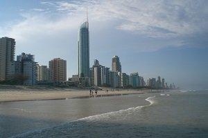 Vom Strand aus ein Blick auf Surfers Paradise an der Gold Coast