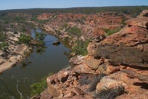 Der Murchison River sucht sich seinen Weg durch eine Schlucht im Kalbarri Nationalpark.