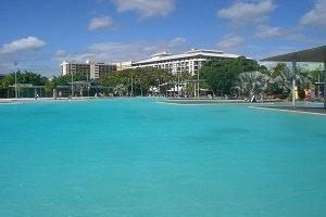 Die künstliche Lagune von Cairns ist bei Touristen und Backpackern sehr beliebt und liegt direkt an der Promenade.