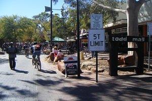 Die Todd Mall ist der beliebteste Ort zum Shoppen in Alice Springs